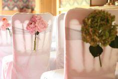 Olá pessoas lindas!Cadeiras decoradas transformam o ambiente da cerimônia/festa de casamento. E por que não fazer isso também com as de plástico?Não descarte a ideia de usar cadeiras de plástico, e...