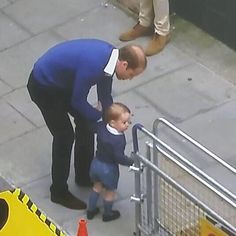 Princes William and George have arrived to meet their new family member ❤️
