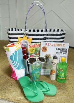 Fun in the sun: Summer Relaxation kit with free printable {Teacher Appreciation} - Skip To My Lou Cadeau Grand Parents, Craft Gifts, Diy Gifts, Beach Gifts, Summer Gifts, Raffle Baskets, Teacher Appreciation Week, Employee Appreciation, School Gifts