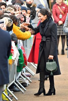 Meghan Markle Photos - Meghan Markle meets well wishers as she arrives to a walkabout at Cardiff Castle on January 2018 in Cardiff, Wales. - Prince Harry And Meghan Markle Visit Cardiff Castle Prince Harry Et Meghan, Harry And Meghan, Lady Diana, Visit Cardiff, Cardiff Wales, Prinz Harry Meghan Markle, Sussex, Meghan Markle Style, Isabel Ii