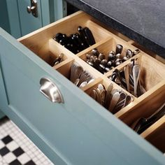 Too bad I don't have a drawer in my kitchen that would work for this.