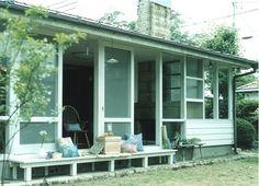 あなたは縁側派?ベンチ派?DIYでどちらも可能なんです!| iemo[イエモ] Traditional Japanese House, Rustic Loft, Cheap Houses, Outdoor Living, Outdoor Decor, Deck, Furniture Layout, My Dream Home, Bungalow