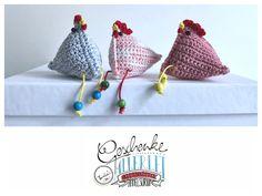 Tunella's Geschenkeallerlei präsentiert: gehäkeltes Deko-Hühnchen #TunellasGeschenkeallerlei #Häkelei #Hühnchen #Huhn #Geschenk #Ostern #Osterdeko #Osterschmuck Coin Purse, Etsy Seller, Trending Outfits, Create, Unique Jewelry, Handmade Gifts, Vintage, Goodies, Unique