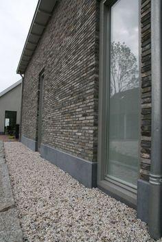 Woning opgetrokken met antieke zwarte vechtstenen. Mooi en stoer karakter. #reclaimed bricks by kersbergen.nl