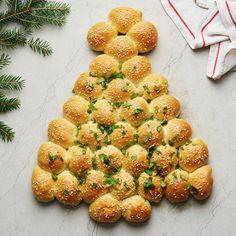 Ett lekfullt och gott julbröd med smak av pesto. Brödbollar fylls med grön pesto och bitar av mozzarella, och formas till en vacker julgran innan det gräddas. Ett perfekt bröd till många, på till exempel buffé eller julbord! Mozzarella, Pesto, Strawberry, Fruit, Food, Tips, Christmas, Xmas, Advice
