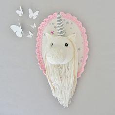 Ce trophée licorne viendra joliment décorer les murs de votre maison. Ces jolies couleurs seront mettre en valeur votre décoration avec chic, élégance et originalité ! - 19237449