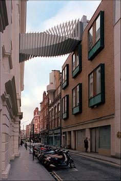 Este puente provee a los bailarines del Royal Baller School de Londres, una entrada en altura a la Royal Opera House. El puente se eleva sobre la calle Floral Street. La estructura es independiente de los edificios. Los 23 portales de aluminio cuadrados, de los que esta formado el puente, van girando, separándose, entre ellos, por una estructura de vidrio.