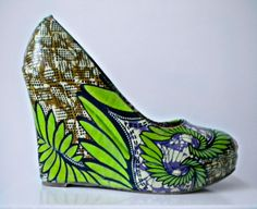 belle paire de compens en wax I'm bettin' they are waaay out of my price range African Print Fashion, Fashion Prints, African Prints, Kitenge, Ankara, Style Ethnique, Shoe Art, Love To Shop, African Beauty