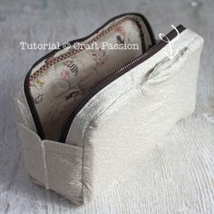 turn inside out Sewing Patterns Free, Free Sewing, Quilt Patterns, Zipper Pencil Case, Pencil Pouch, Zipper Bags, Zipper Pouch, Pouch Tutorial, Pencil Bags