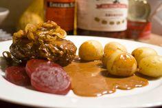 Hakkebøffer med brun sovs og kartofler