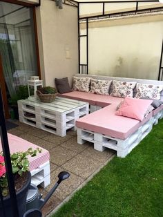 Wooden Pallet Furniture Dazzling Pallet Patio Seating Set - Easy Pallet Ideas - you can simple decide retired pallet skids to organize that particular outdoor area just like this DIY pallet patio furniture set all made of pallets someone Pallet Exterior, Pallet Porch, Pallet Sofa, Pallet Garden Furniture, Patio Furniture Sets, Furniture Ideas, Wooden Furniture, Diy Patio Furniture Cheap, Furniture Layout