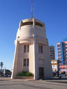 Torre do Castelo, vista do nível  da rua, em Campinas, estado de São Paulo, Brasil. A Torre do Castelo - Vítor Negrete é uma caixa d'água do tipo castelo d'água, construída no estilo art déco, com 27 metros de altura. Foi construída entre 1936 e 1940, com capacidade original para 250.000 litros. Fotografia: Fasouzafreitas.