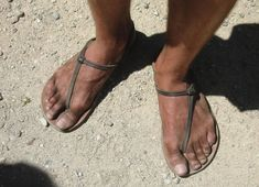 Barefoot in Arizona: Introduction to Huaraches Diy Barefoot Sandals, Bare Foot Sandals, Men Sandals, Walking Barefoot, Barefoot Men, Mode Masculine, Leather Flip Flops, Leather Shoes, Vibram Fivefingers
