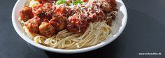 Italienske kødboller med friskhakket persille, hvidløg, parmesan og oliven. Dufter af sensommeraften i Toscana... italienske frikadeller - mere autentisk bliver det ikke. Hvem sagde Lady og Vagabonden?