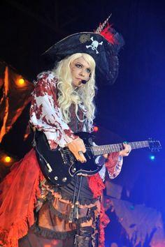 【ライヴレポート】VAMPS主宰<HALLOWEEN PARTY 2014>、幕張初日に「超吹っ切れたから」 | VAMPS | BARKS音楽ニュース