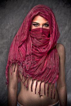 By Gabriel Zamudio. profgasparetto eagasparetto Dom Gaspar I… Vintage Fashion Photography, Fashion Photography Inspiration, Photography Women, Arabian Women, Arabian Beauty, Pretty Eyes, Beautiful Eyes, Face Veil, Exotic Beauties