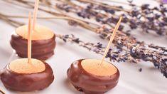 Hledáte jednoduché cukroví? Tady ho máte! Je slepované zpiškotů ahotové zachvilku! Takže připravte si lahodný ořechový krém apojďte na to... Caramel Apples, Desserts, Food, Tailgate Desserts, Deserts, Essen, Postres, Meals, Dessert