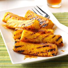 Chili-Lime Grilled Pineapple Recipe This recipe combines the fruit's natural sweetness with the tart and spicy flavors of lime and chili powder. It's great for dessert and even as a side dish to ham or pork chops. Grilled Pineapple Recipe, Pineapple Recipes, Grilled Pork, Grilled Vegetables, Grilled Fruit, Easy Summer Meals, Summer Recipes, Quick Meals, Summer Fun