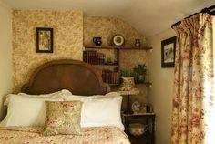 Vintage Bedroom Styles, Bedroom Vintage, Vintage Home Decor, Vintage Room, Welsh Cottage, Cottage Wallpaper, Cottage Style Homes, Cottage Interiors, Traditional Bedroom