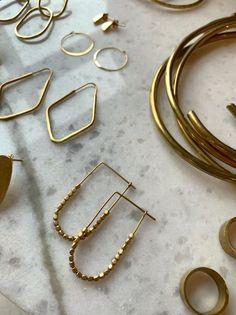 Joyas hechas éticamente con latón reciclado. - #con #éticamente #hechas #joyas #latón #reciclado Wire Earrings, Wire Jewelry, Beaded Jewelry, Jewelry Box, Silver Jewelry, Jewelry Accessories, Jewelry Necklaces, Handmade Jewelry, Jewelry Design
