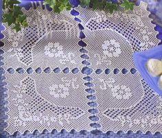 Toalhinha feita com quatro quadrados trabalhados na diagonal.  manela