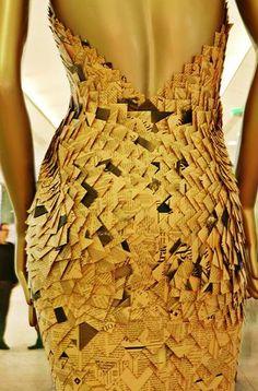 """Selecionamos 68 ideias de vestidos de papel e pensamos que as melhores finalidades para eles são: (1) em vitrines, para chamar atenção (2) como exercício criativo, confecção de mock-ups, modelos de apresentação, estudos de vestuário No mais, é evitar designar que vestidos de papel sejam chamados de """"moda sustentável"""", """"moda reciclada"""", porque na verdade, não…"""