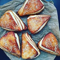 What could be nicer than freshly baked lye corners for Sunday breakfast. A wonderful fluffy croissant batter with a lye taste What could be nicer than freshly baked lye corners for Sunday breakfast. A wonderful fluffy croissant batter with a lye taste Pizza Recipes, Bread Recipes, Baking Recipes, Snacks Recipes, Breakfast Desayunos, Breakfast Recipes, Breakfast Croissant, Croissant Dough, Low Carb Cheesecake