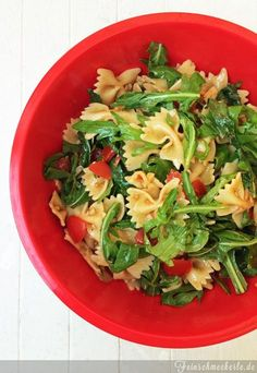 Nudelsalat mit Rucola, Parmesan und Tomaten(pesto)