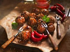 Aasialaiset lihapullat/Meatballs with Asian twist, Kotiliesi. Asian Meatballs, Kung Pao Chicken, Chili, Beef, Dishes, Ethnic Recipes, Food, Waiting, Meat