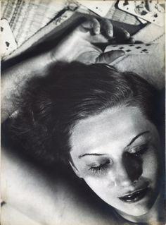 Florence Henri. Femme aux cartes 19301.