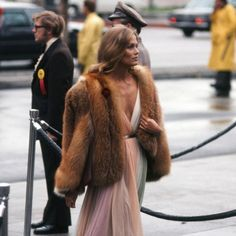 - 1975 - Halston Glamour - Halston dresses epitomized the decades disco glam look - which Lauren Hutton took even further by adding a plush fur coat. Lauren Hutton, Oscar Fashion, 70s Fashion, Vintage Fashion, Fashion Trends, Sporty Fashion, Style Fashion, Fashion Women, High Fashion