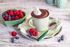 Sunn sjokoladekake i kopp på 10 minutter | Vita hjertego' Good Healthy Recipes, Healthy Snacks, No Bake Cake, Tea Cups, Chocolate, Baking, Mugs, Tableware, Cakes