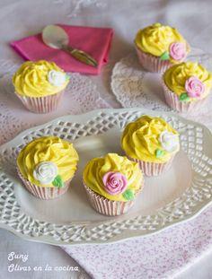 Cupcakes de vainilla con crema de queso y fruta de la pasión.  http://rositaysunyolivasenlacocina.blogspot.com.es/2012/11/cupcakes-de-vainilla-con-buttercream-de.html