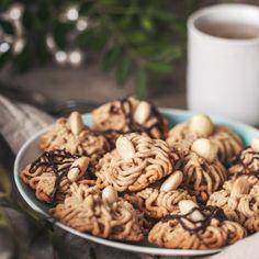 Toto cukroví je vlastně variací na sušenky. Ovšem místo lisu či jiných tvarovacích nástrojů použijeme lis na česnek