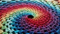 Step-by-step photo-tutorial of crochet rainbow spiral in mandala ring. Crochet your beautiful home deco! Spiral Crochet Pattern, Crochet Dreamcatcher Pattern, Afghan Crochet Patterns, Knitting Patterns, Crochet Stitches Free, Crochet Doilies, Mandala Yarn, Afghan Stitch, Crochet Decoration