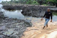 黒く濁った川からあふれた油を避けて歩く住民=2010年6月、ナイジェリア南部ボド(AFP=時事) ▼7Jan2015時事通信|賠償金100億円支払い=石油流出の責任、シェル認める-ナイジェリア http://www.jiji.com/jc/zc?k=201501/2015010700698