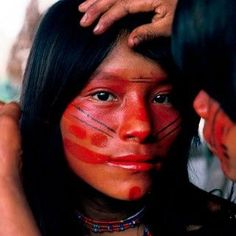 Ashaninka girl of Brazil gets her face painted with paint made from seeds from U… Ashaninka Mädchen aus Brasilien. Tattoo Women, Tattoo Girls, Indian Face Paints, Native American Face Paint, Sacred Meaning, Girl Face Painting, Body Art Photography, Too Faced, Portraits