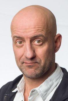 Rob Urgert 09-07-1968 Nederlands cabaretier en televisiepresentator. Urgert is van oorsprong voedingskundige en promoveerde in 1997 aan de Wageningen Universiteit op een onderzoek naar de cholesterolverhogende componenten in koffie (cafestol en kahweol). Vlak daarna besloot hij zijn leven om te gooien en zich uitsluitend te richten op humor. Sinds eind 2011 is Urgert een van de quizmasters in het satirische programma De Kwis.  https://youtu.be/-ge7lTLaGF4