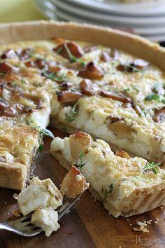 Koláč s karamelizovaným cesnakom a kozím syrom