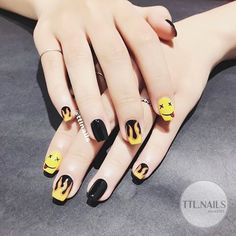 The advantage of the gel is that it allows you to enjoy your French manicure for a long time. There are four different ways to make a French manicure on gel nails. Nail Swag, Hippie Nails, Mens Nails, Korean Nails, Fire Nails, Cute Acrylic Nails, Nagel Gel, Stylish Nails, Nail Art Hacks