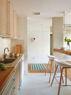 Cozinha com muito branco e Madeira clara. Gostei muito das cadeiras. Colocaria uma bancada de silestone branca