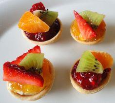 Pequeñas, deliciosas, se comen de un bocado... Estas Mini tartaletas con queso y fruta enamoran nada más verlas.