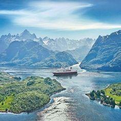 Auf der klassischen Postschiffreise mit Hurtigruten erleben Sie 34 Häfen und über 100 Fjorde an der atemberaubenden norwegischen Küste.