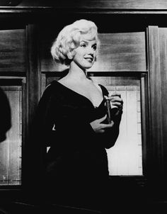 """Marilyn Monroe on the Train in """"Some Like It Hot"""" written & directed by Billy Wilder release date March 1959 Hollywood Icons, Hollywood Star, Golden Age Of Hollywood, Hollywood Glamour, Classic Hollywood, Hollywood Actresses, Estilo Marilyn Monroe, Marilyn Monroe Life, Marilyn Monroe Photos"""