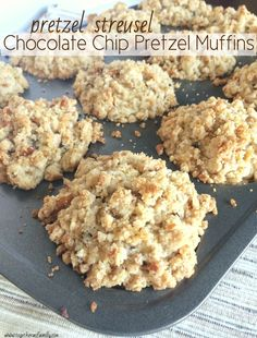 Pretzel Streusel Chocolate Chip Pretzel Muffins - Together as Family Pecan Cinnamon Rolls, Cinnamon Banana Bread, Cinnamon Roll Muffins, Applesauce Muffins, Banana Bread Muffins, Banana Chocolate Chip Muffins, Zucchini Muffins, Muffin Recipes, Snack Recipes