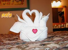 Towel Swans -- 12 Creative Towel Animals You Had Never Seen - Funny Polls - Safa. Toilet Paper Origami, Towel Origami, Fabric Origami, Napkin Ring Folding, Folding Napkins, Towel Swan, Decoration Shabby, Towel Animals, Gift Hampers