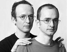 Fotógrafo sai pelo mundo fotografando desconhecidos que parecem gêmeos.