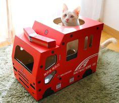 写真ニュース(1/1): 火の用心ニャ 気分は消防隊員の「猫さんのつめとぎ消防車」がフェリシモ猫部に登場 - BIGLOBEニュース