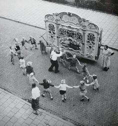 Henk Jonker (Berkhout, 23 november 1912 – Amsterdam, 24 september Street organ with dancing children, Amsterdam, Old Pictures, Old Photos, Vintage Photographs, Vintage Photos, Vintage Children Photos, I Amsterdam, Amsterdam Jordaan, Photo Images, The Old Days