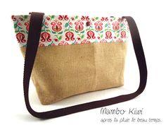 Sac toile de jute naturelle avec tissu à fleurs rétro fuchsia : Sacs bandoulière par mambo-kiwi
